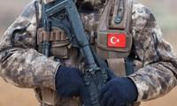 Một thành viên Lực lượng Cảnh sát Đặc biệt đứng canh ở Azaz, Syria. Ảnh: Reuters