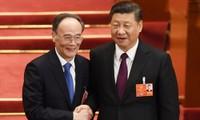 Ông Vương Kỳ Sơn (trái) bắt tay với ông Tập Cận Bình sau khi được bầu làm Phó chủ tịch. Ảnh: AFP.