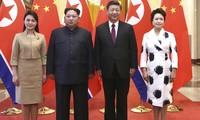 Bà Ri Sol-ju (trái) xuất hiện cùng chồng, Chủ tịch Triều Tiên Kim Jong-un, trong lễ đón tiếp tại Bắc Kinh do vợ chồng Chủ tịch Trung Quốc Tập Cận Bình và bà Bành Lệ Viện chủ trì. Ảnh: Tân Hoa Xã