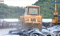 Hàng loạt phương tiện đắt tiền bị san phẳng trước sự chứng kiến của Tổng thống Philippines hôm 30/7. Ảnh: Philstar