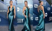 Scarlett Johansson diện đầm 'xẻ ngực, hở lưng' khoe hình xăm