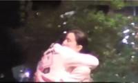Phạm Băng Băng ôm ấp trai lạ trên phố
