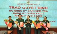 Trung tướng Trần Hoài Trung, Bí thư Đảng ủy, Chính ủy Quân khu 7 trao các quyết định và chúc mừng các tân Ủy viên Ủy ban Kiểm tra Đảng ủy Quân khu 7. Ảnh: VGP