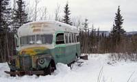 Dùng trực thăng di dời 'xe buýt ma thuật' từng khiến 2 người chết ở Alaska