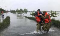 Lực lượng công an huyện Thạch Hà, tỉnh Hà Tĩnh sơ tán người già đến nơi an toàn. Ảnh: TP