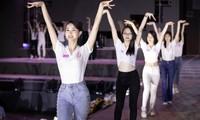 Hoa hậu Mỹ Linh, Tiểu Vy để mặt mộc nhưng cực thần thái tổng duyệt Người đẹp thời trang