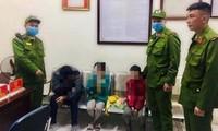Cảnh sát 113 quận Long Biên đưa 4 bố con định nhảy cầu Đông Trù tự tử về trụ sở động viên tinh thần. Ảnh: Báo Giao thông