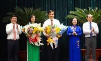 Lãnh đạo Thành ủy, HĐND và UBND TP.HCM tặng hoa chúc mừng 2 tân Phó Chủ tịch UBND TP.HCM. Ảnh: DT