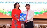Chủ tịch UBND TPHCM Nguyễn Thành Phong chúc mừng đồng chí Phan Thị Thắng.