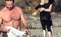 'Người sói' khoe cơ bắp rắn rỏi tuổi 52, ôm ấp tình tứ bà xã U70 trên bãi biển