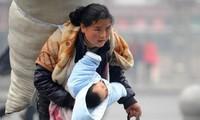 Người mẹ trong bức ảnh từng gây chấn động Trung Quốc 11 năm trước giờ ra sao?