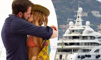 Jennifer Lopez diện bikini nóng bỏng, 'khóa môi' tình trẻ mừng tuổi 52