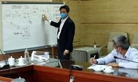 Phó Thủ tướng Vũ Đức Đam trao đổi với lãnh đạo Bộ Y tế về tình hình Bệnh viện Bạch Mai trong cuộc họp sáng 30/3. Ảnh: VGP/Đình Nam