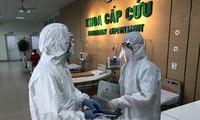 Điều trị cho bệnh nhân mắc COVID-19 tại Bệnh viện Bệnh Nhiệt đới TƯ. Ảnh: Thái Hà