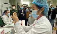 3 tình nguyện viên đầu tiên đã được tiêm thử nghiệm vắc xin COVID-19 'made in Việt Nam'. Ảnh: Thái Hà