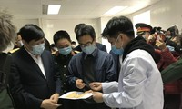Phó Thủ tướng thăm 3 người tình nguyện tiêm vắc-xin ngừa COVID-19
