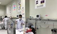 """Bệnh nhi cấp cứu tại BV Nhi T.Ư. Ảnh"""" Thái Hà"""