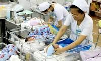 Phụ nữ sinh đủ hai con trước 35 tuổi ở 21 tỉnh, thành sẽ được thưởng