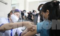 Tiêm vắc xin cho nhân viên y tế BV Thanh Nhàn Ảnh: Như Ý