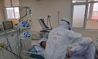 Điều trị cho bệnh nhân mắc COVID-19. Ảnh: Thuận Phương
