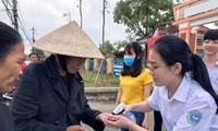 Học trò 'trường huyện' sản xuất nước sát khuẩn phát miễn phí cho dân