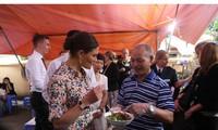 Công chúa Thụy Điển thưởng thức bún bò Nam Bộ tại quán ăn bình dân tại Hà Nội