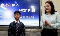 Cậu bé bán hàng rong nói 16 thứ tiếng sang Trung Quốc học tập