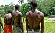 Bộ tộc bé trai phải chịu đau đớn chết người khi bị rạch da để giống vảy cá sấu