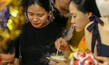 'Hốt bạc' nhờ bán kem nhả khói độc đáo mùa Trung thu Hà Nội