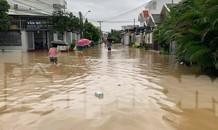 """Dân Nha Trang """"vật lộn"""" di chuyển trên những con đường ngập chìm trong nước"""