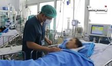 Sức khỏe người đàn ông cầm rắn hổ mang chúa vào bệnh viện giờ ra sao?