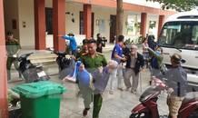 Thanh niên Đà Nẵng 'đi từng ngõ, gõ từng nhà' giúp dân sơ tán tránh bão số 13