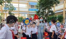 TPHCM: Học sinh lớp 1 nức nở, không chịu xa mẹ trong ngày Khai giảng