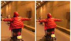Phụ nữ lái xe máy buông cả 2 tay khiến người đi đường khiếp sợ