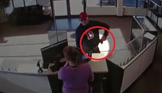 Cướp hậu đậu đánh rơi súng vào tay nữ nhân viên và cái kết...