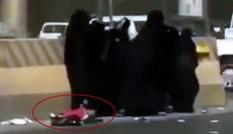 Cảnh hiếm thấy ở Ả Rập Xê Út: Nhóm phụ nữ mải đánh nhau làm rơi con