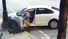 Ôtô chạy trốn kéo lê cảnh sát