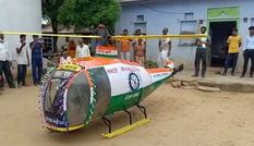 Sinh viên chế trực thăng từ phế liệu