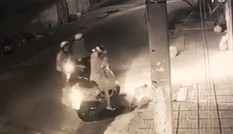 Camera ghi hình 2 phụ nữ bị cướp tấn công