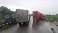 Container đi nhanh phanh gấp khiến xe xoay ngang trên đường