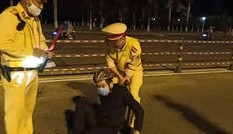 'Quái xế' phi thẳng xe vào CSGT nhưng bị quật ngã tại chỗ