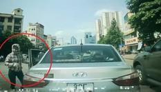 Sau va chạm, nữ tài xế quên phanh làm ô tô trôi lùi vào xe khác