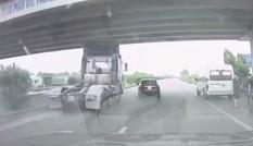 Tránh xe 5 chỗ nhập làn ẩu, tài xế xe đầu kéo phanh 'cháy lốp'
