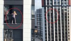 Người phụ nữ liều lĩnh trèo ra ban công tầng 17 để lau cửa sổ