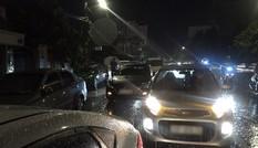 Ô tô chết máy xếp hàng 2 km trong mưa lớn