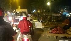 Kẹt xe vì 'chợ' hoa quả di động chiếm lòng đường