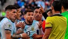 Liên đoàn bóng đá Nam Mỹ nói gì khi bị Messi cáo buộc 'dàn xếp'?
