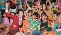 Người đẹp Huỳnh Thúy Vi mặc áo ngành trao quà trung thu