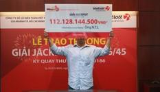 Khách hàng trúng Jackpot hơn 100 tỷ đồng che nửa mặt nhận giải