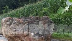 Tảng đá nặng hàng tấn rơi xuống quốc lộ, vương vãi vết máu